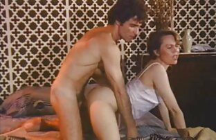 A MILF inglesa Gilly agrada-lhe os mamilos e a fanny. video de pono