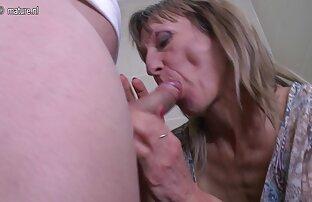Ladyboy amador magricela a masturbar-se em filme pornô dupla penetração casa.