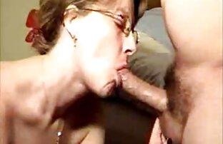 A bater-lhe na rata adolescente enquanto assistir vídeo pornô bebe mijo.