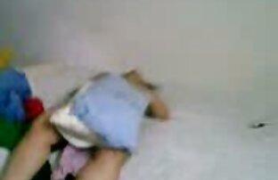 O Babe fica nas mãos sujas de um agente de empréstimos ver vídeo pornô brasileiro com câmara.