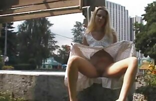 A porno com mulheres gostosas Niki leva uma carga pelos pés.
