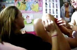 A miúda morena a tomar banho masturba-se com os dedos videis eróticos